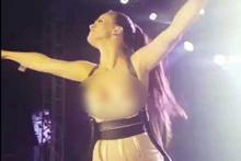 Güzel şarkıcı öyle bir frikik verdi ki...