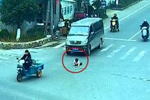Çocuğu motordan düştü, fark etmedi!