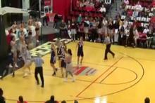 Kadın basketbol maçında yumruklar havada uçuştu