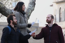 Sokaktaki insanları çevirip tiyatro provası yapmak