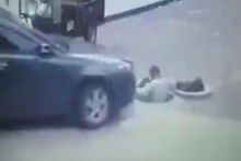 Otomobil işçiyi ezdi dehşet anları kamerada