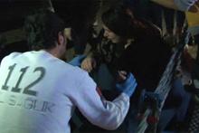 Üsküdar'da denize düşen kız hortumla kurtarıldı!