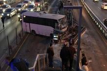Küçükçekmece'de servis aracı metrobüs durağına çarptı