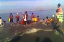 Bidonlara binerek nehri geçmeye çalışıyorlar