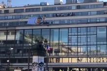 PKK'lılar Paris'te terör örgütü elebaşının posterini astı