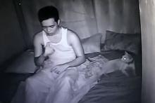 Uyurgezer sahibinin dans performansına maruz kalan kedi