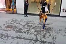 Küçük kızın ilgi çekici su sanatı
