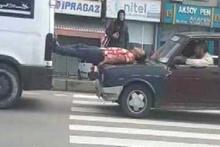 Arızalanan minibüsü ayaklarıyla itti