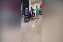Motosikletiyle hastaneye girdi! Mizah konusu oldu
