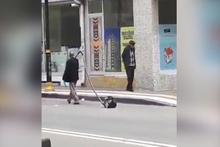 Elektrikli süpürgeyi sokakta gezdirdi