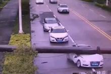 Otomobilinin üzerine vinç düşen sürücü mucize eseri hayatta kaldı