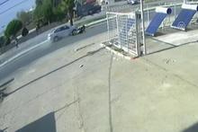 Otomobilin yayalara çarpması güvenlik kamerasında