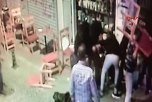 Kadıköy'de sandalyeli kavga güvenlik kamerasında: 2 yaralı