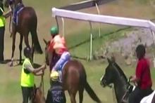 Jokey at kendisini üstünden atmaya çalışınca insanlıktan çıktı