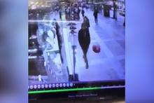 Sokakta balona röveşata çeken adam kameralara böyle yansıdı