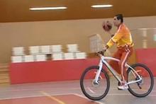 Türkmenistan Cumhurbaşkanı bisiklet üstünde basket oynarsa...