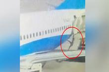 Uçuş görevlisi uçaktan böyle düştü!