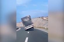 Rüzgarın şekilden şekile soktuğu kamyon