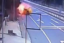 Kaza yapan taksi alev topuna döndü, sürücü şans eseri kurtuldu