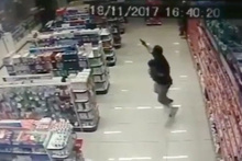 Kucağında bebekle çatışmaya giren polis!