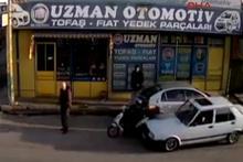 'Drift' yapan otomobilin, motosiklet ve 1 kişiye çarpma anı kameraya yansıdı