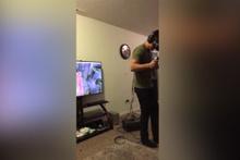 VR oyun oyarken televizyonu pert eden adam