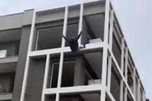 Metrelerce yükseklikten kendisini böyle boşluğa bıraktı!