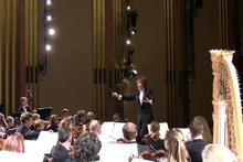 Klasik müzik konserinde çığlık atan kadın