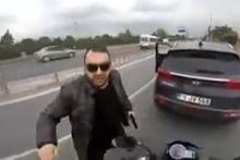 Korna çalan motosiklet sürücüsüne silah çekti