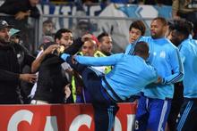 Marsilyalı Patrice Evra kendi taraftarına tekme attı!