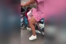 Haylaz çocuğun yaptığına bakın annesinin eteğini kaldırıp...