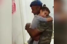 Asker babasını gören küçük kız... Demet Akalın paylaştı