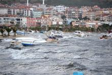 Kuzey Ege'de lodos küçük balıkçı teknelerini batırdı