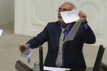 AK Partili Elitaş Meclis kürsüsünde  'Man Adası' belgelerini yırttı