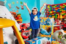 6 yaşında oyuncak tanıtıp milyoner oldu!