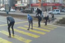 Sivas'ta kırmızı ışıkta öğrenciler birdirbir oynadı