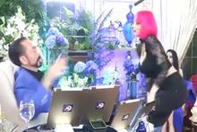 Pembe saçlı kedicik dansıyla dikkat çekti