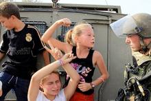 İsrail askerine kafa tutan Filistinli cesur kız gözaltında