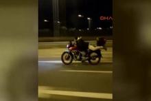Motosikleti yüzüstü uzanarak dakikalarca sürerek tehlike saçtı
