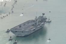 İngiltere'nin en büyük uçak gemisi su alıyor