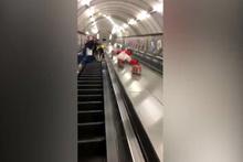 Metro merdivenlerinden kayarak inen alkollü taraftarın acı sonu