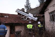 80 metrelik uçurumdan evin çatısına düştü!