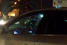 Kucağındaki çocukla araç kullanan sürücü görenleri hayrete düşürdü