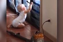 Soğukta kalan köğeği eve alan bebek