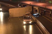 Metrobüs yoluna TIR devrildi trafik felç oldu