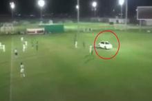 Birleşik Arap Emirlikleri'nde bir garip olay! Futbol sahasına arabayla girdi!