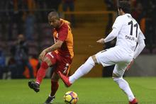 Galatasaraylı futbolcular pankartın önünde secde etti