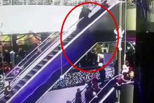 Yürüyen merdivenlerde feci kaza