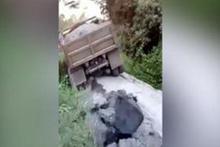 Kamyonu taşıyamayan köprü çöktü