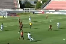 Orta sahadan kendi kalesine gol atan futbolcu